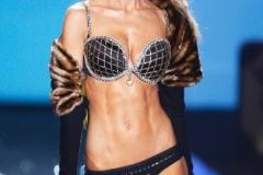Ein Waschbrettbauch wie der Marisa Millers will erst mal geformt sein. Das Model trägt übrigens einen mit Diamanten geschmückten BH im Wert von drei Millionen Dollar.